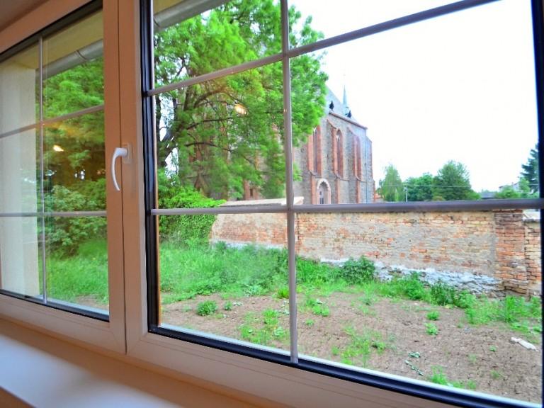 Z okna na kostel