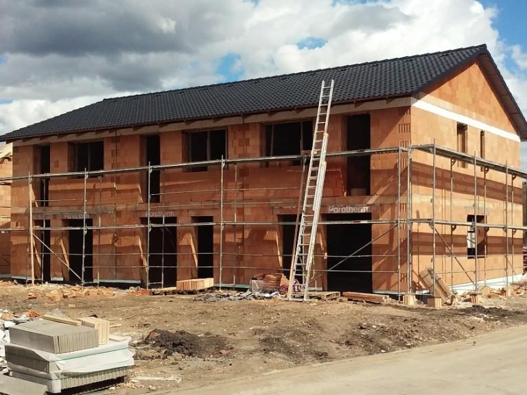 První dům zastřešen